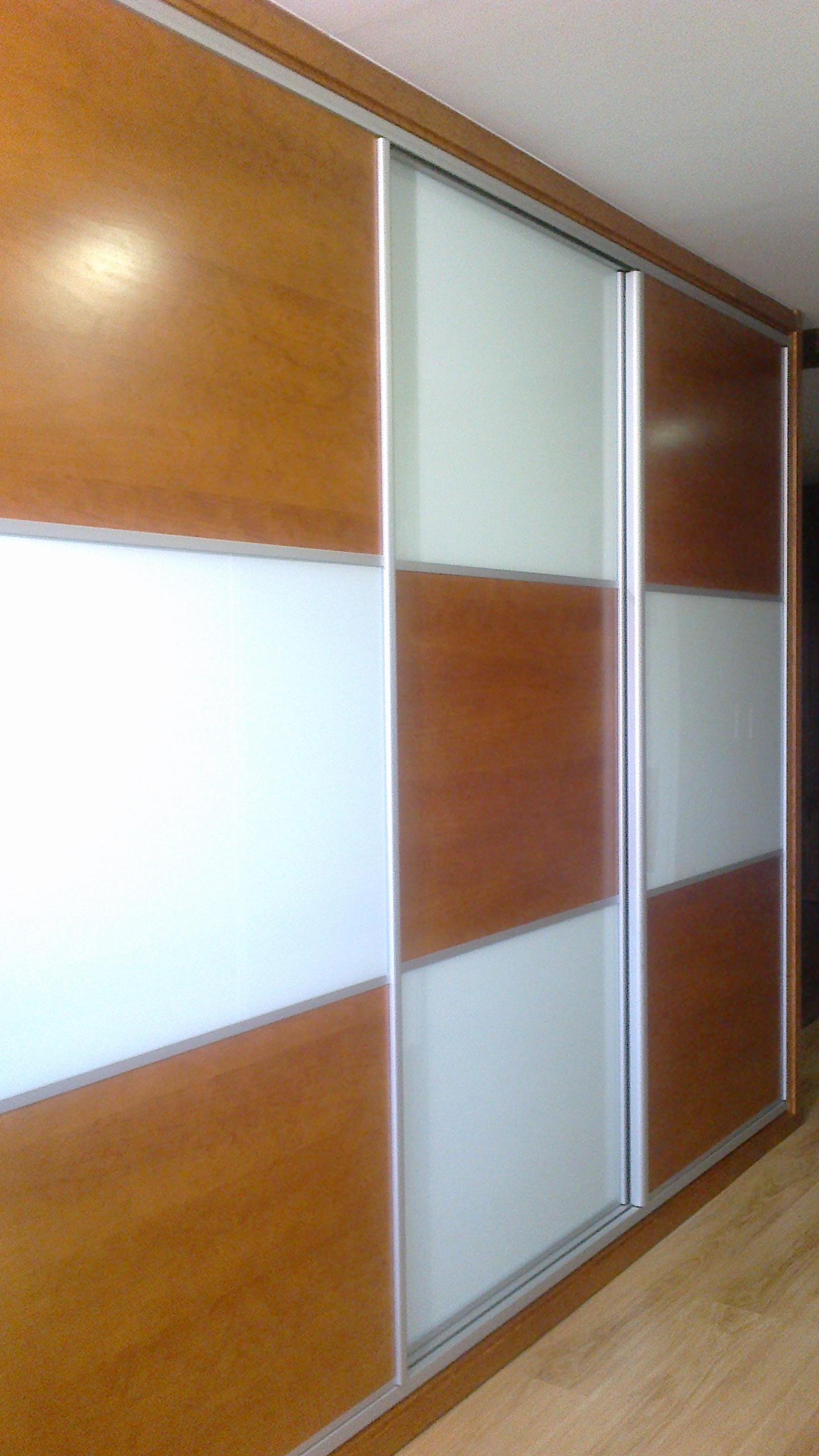 Armarios empotrados reformas y decoraci n de interiores - Armarios de madera con puertas correderas ...