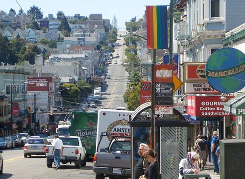 La bandera gay ondea en casi todos los comercios