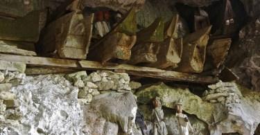 Tumbas colgantes de los Toraja