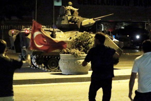 Ankara'da vatandaşlar, İstanbul ve Ankara'daki askeri kalkışmaya tepki gösterdi. Genelkurmay Başkanlığı önünde vatandaşlar,  tankın üstüne çıkarak tepki gösterdi. ( Fatih Kurt - Anadolu Ajansı )