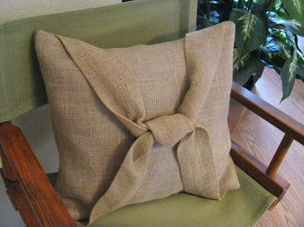 Tutorial: Knotted burlap throw pillow
