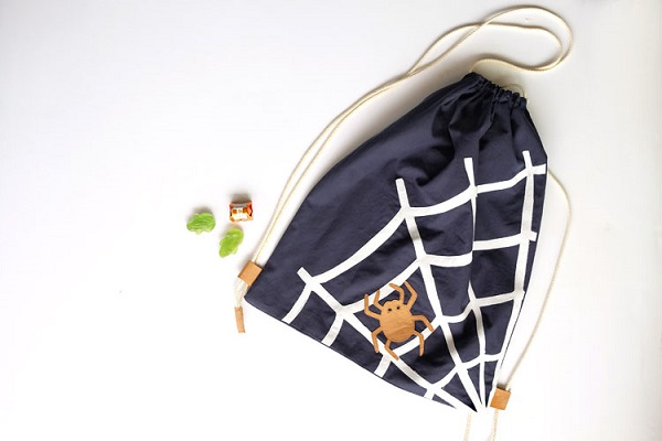 Tutorial: Halloween backpack with a spiderweb