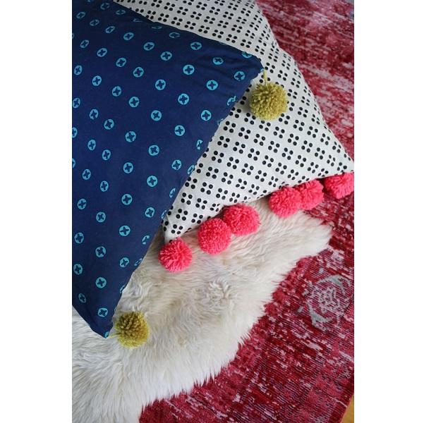 Tutorial: Oversized pom pom floor pillows