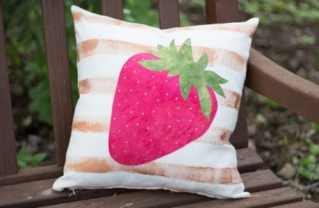 Free pattern: Strawberry applique painted pillow