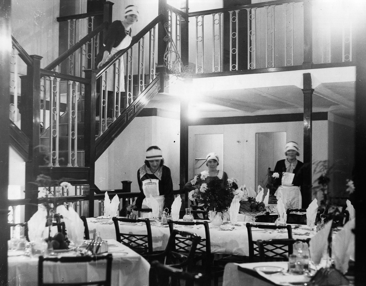 The dining saloon of the airship R100, before its launch at Howden, Yorkshire. (Photo by Hulton Archive/Getty Images)