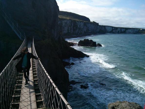 """""""一個人"""" 走英國北愛爾蘭著名景點:卡里克吊橋 Carrick-a-Rede Rope Bridge 。(IG @sherrytalk)"""