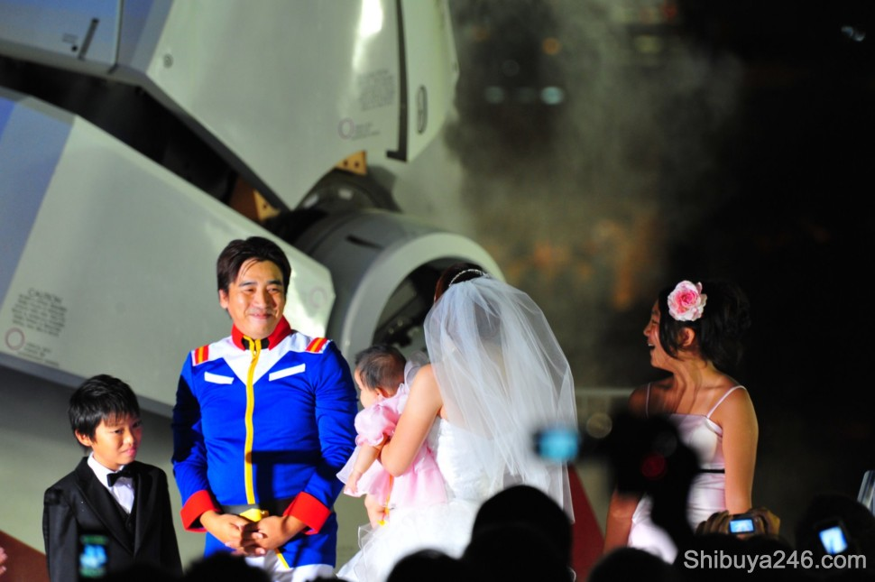 The bride takes a look at Gundam and his steam jets heating up