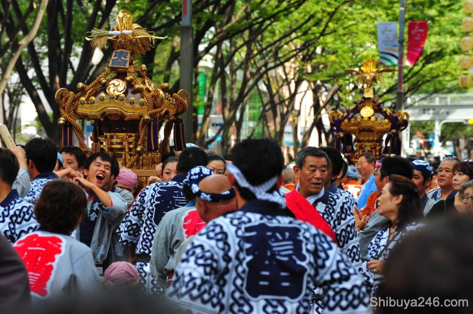 Some good facial reactions to the weight of the mikoshi