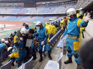 【訓練】スタンドに倒れている負傷者を神奈川県警などが救出を開始