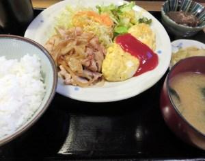 生姜焼きとオムレツがそろい踏みする「盛り合わせ定食B」(960円)