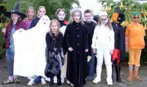 Kinder_feiern_Halloween_-_2004