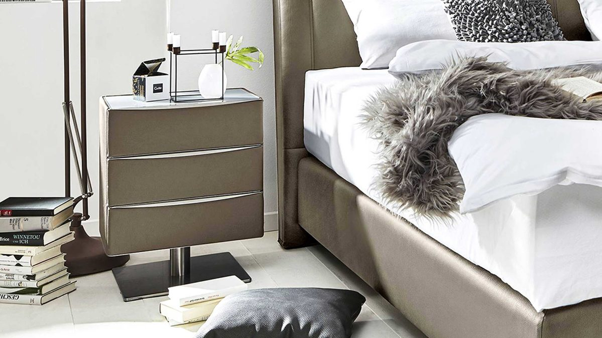 Hertel Möbel E K Gesees Räume Schlafzimmer Kommoden Sideboards Interliving Interliving Boxspringbett Serie 1401 Nachtkommode Schlammfarbenes Kunstleder Santiago 631200 Drei Schubladen