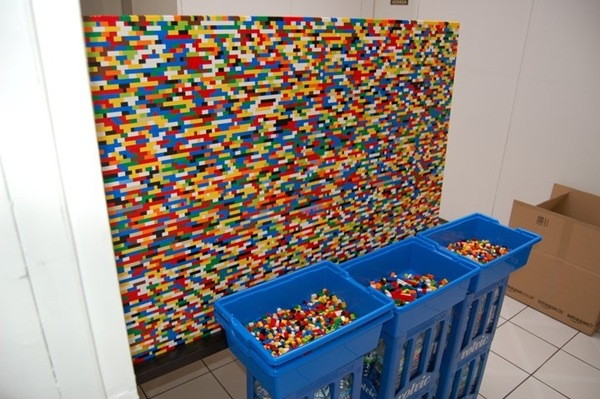 Muurtje Maken In Slaapkamer Guy Builds A Wall In His House Made Entirely Out Of Lego