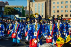 Главное шествие карнавала на Тенерифе в 2016 году — костюмы почтальонов