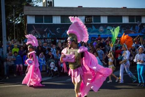 Главное шествие карнавала на Тенерифе в 2016 году — розовые древнеримские костюмы
