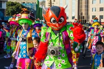Главное шествие карнавала на Тенерифе в 2016 году — костюм красного монстра
