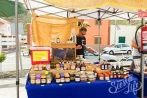 Продают мёд на ярмарке Тенерифе