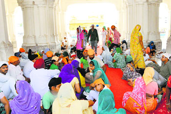 Devotees at a Golden Temple sarai