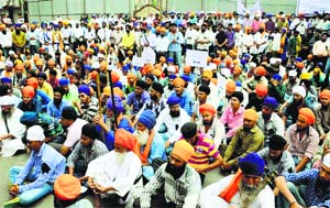Sikhs protest the proposed All India Sikh Gurdwara Act in Nanded