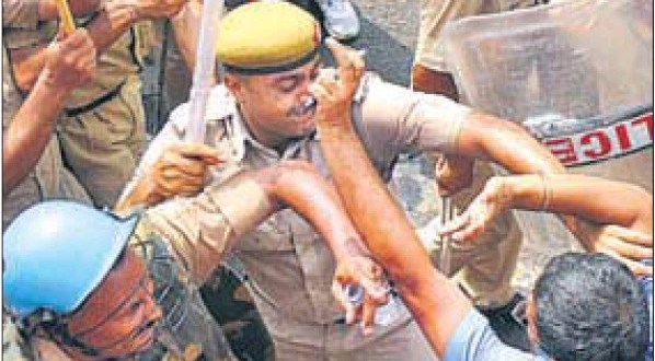 Cops beating HT principal correspondent Vishal Joshi outside Gurdwara Chhevin Patshahi in Kurukshetra