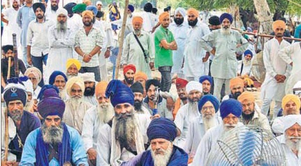 HSGMC supporters on dharna outside Gurdwara Chhevin Patshahi in Kurukshetra on Monday