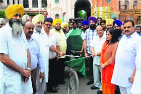 MC Commissioner Pardeep Sabharwal and Mayor Bakshi Ram Arora flag off garbage lifting handcarts from the Town Hall premises during a cleanliness drive in Amritsar