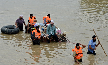 Sikhs assist with flood relief in central Srinagar