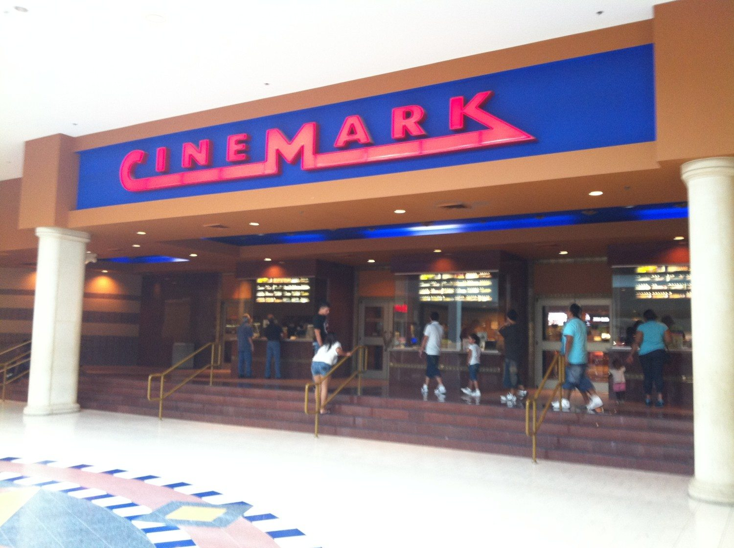 Glasregal Platte Cinemark Bans All Big Bags In Its Theaters Simplemost