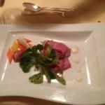 Roastbeef mit Zitronenmayonnaise, Essiggemüse und Vogerlsalat