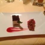Cheesecake mit Himbeersorbet und Mandel-Honigkaramell