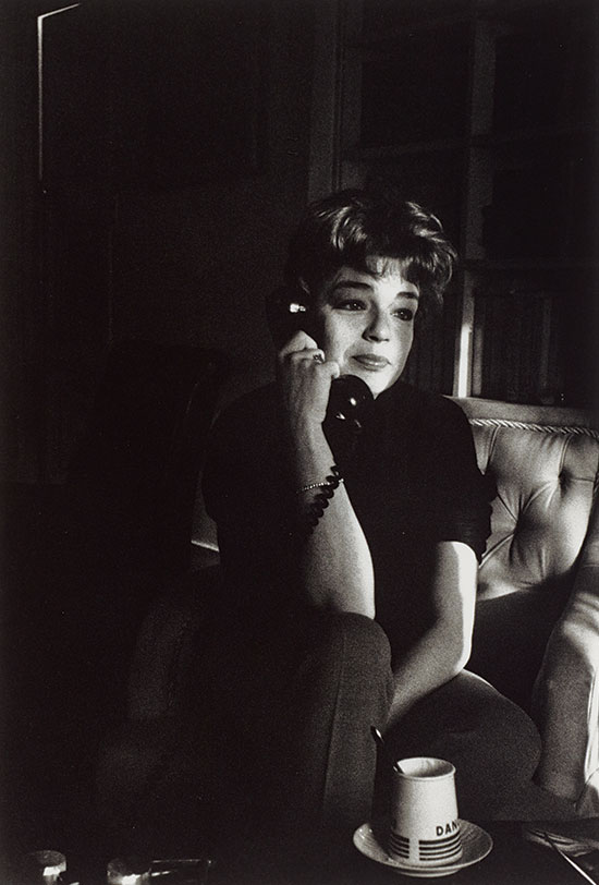 Simone_Signoret_on_the_telephone_Paris_1963