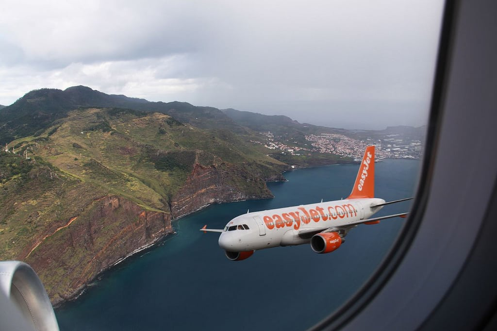 Hangar Plane Easyjet's Plans To Convert Web Surfers Into Easyjet