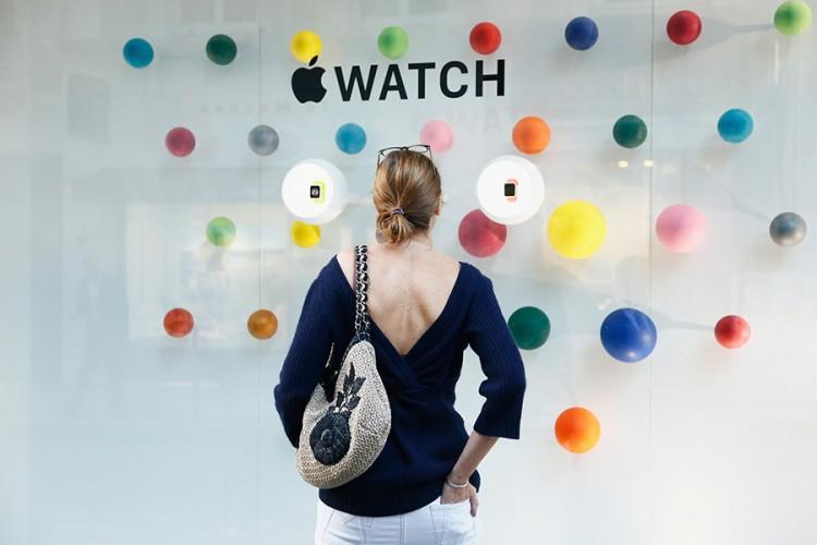 파리의 고급 패션점 '콜레트'에 전시된 애플 워치 (사진: 콜레트) http://www.colette.fr/content/apple-watch-chez-colette/