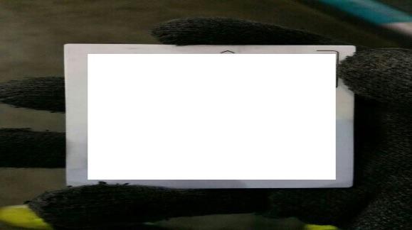 주유소에서 고객 카드를 카메라로 찍어 저장한 모습이라 추측한다. 배경화면과 검은 장갑이 사진을 찍은 장소가 주유소라는 걸 말해주고 있다.