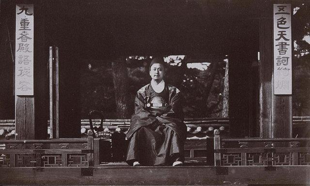 1884년의 고종. 퍼시벌 로웰이 촬영한 고종 최초의 사진.