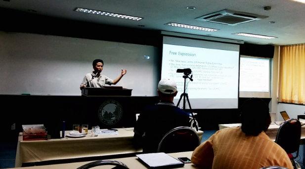 인터넷의 법률적 측면에 대해 강의하는 박경신 교수