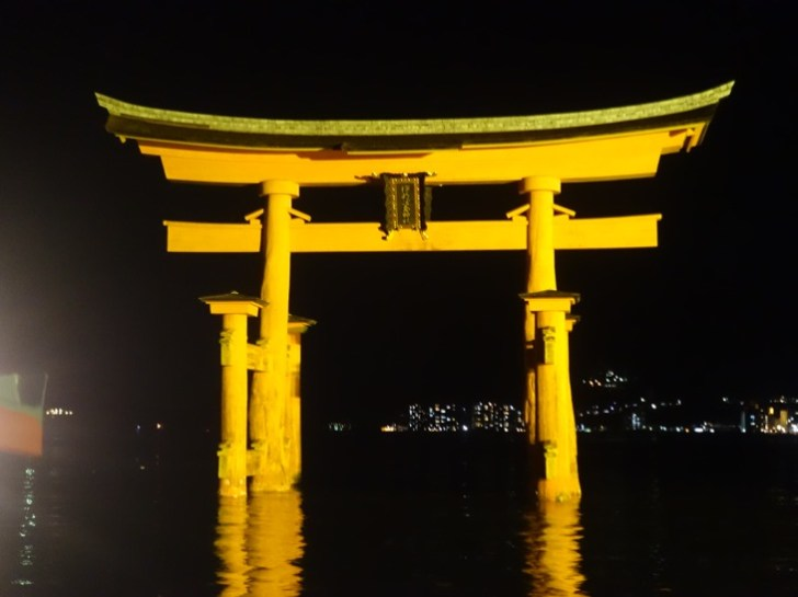 ライトアップされた厳島神社の大鳥居を撮影した写真