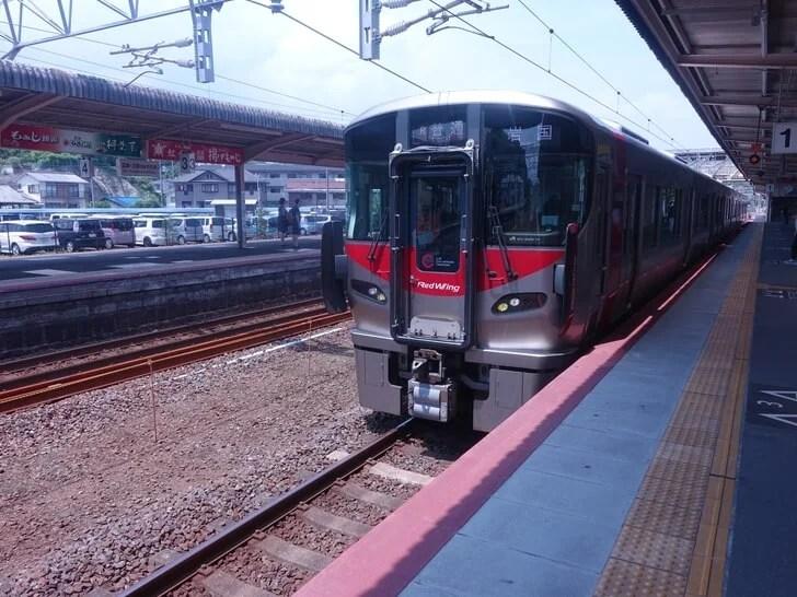 宮島口駅から岩国駅へ向う電車の写真
