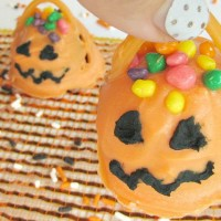 Jack-O-Lantern-Oreo-cookie-balls-with-handle-to-pick-up