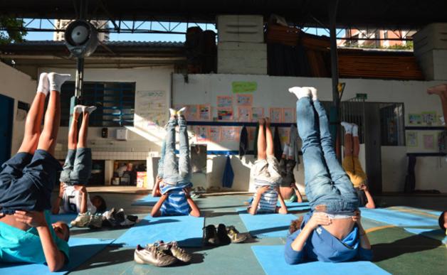 escolares-hacen-yoga