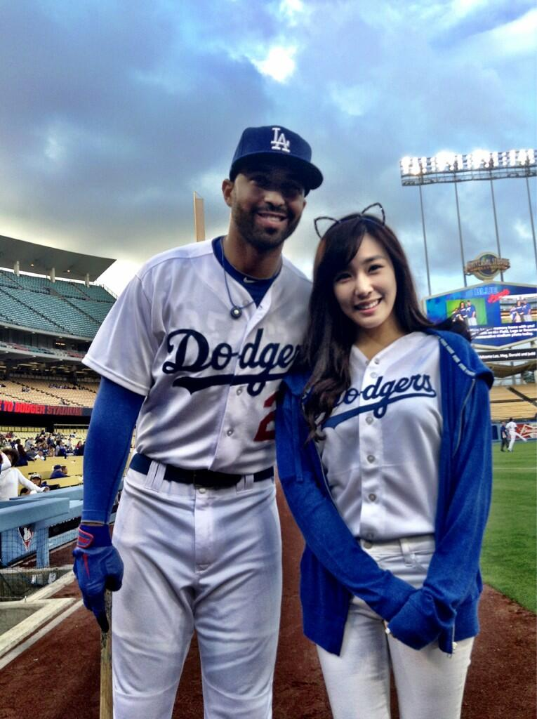 Very Very Cute Girl Wallpaper Tiffany Throws First Pitch At La Dodgers Game Snsd Korean