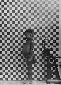 Mientras más lejos de Africa han emigrado los seres humanos modernos más se ha perdido la diversidad genética. La imagen: niño de la tribu Ta-Yeri, captada por Iles Andaman, en 1890, tomada de <em>Ètranges Étrangers</em>
