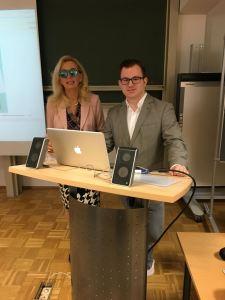 Frau Dr. Salmen mit Snapchat-Brille und Herr Bechtel