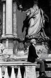 01/03/1977 Roma. Andy Warhol a largo S. Susanna si presta a farsi fotografare seduto sulla balaustra della fontana del Mosè