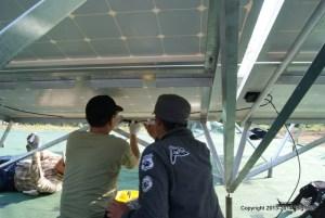 ソーラーパネル裏・フレームへの電線の固定