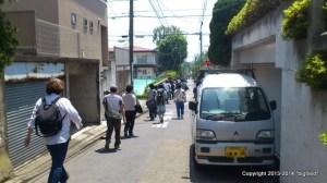 電気工事士試験へと向かう受験者の群れ(東京都市大学周辺)