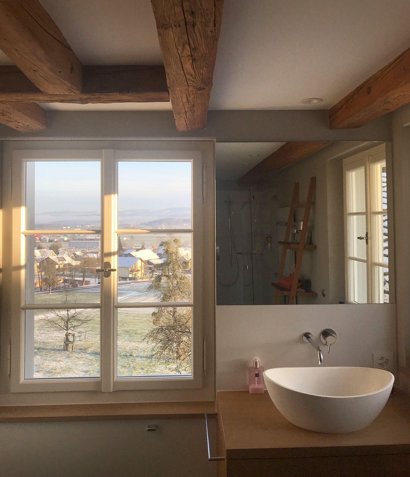 Die Badezimmer | Ein Badezimmer Mit Einer Badewanne Die Auf Drei Seiten