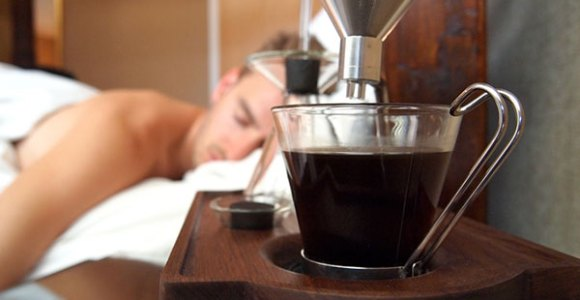 Além de marcar a hora e te despertar, esse rádio-relógio é uma bela cafeteira!