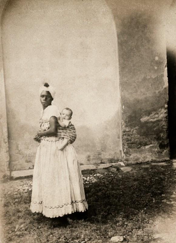 Negra com uma criança branca nas costas, Bahia, 1870. (Acervo Instituto Moreira Salles)