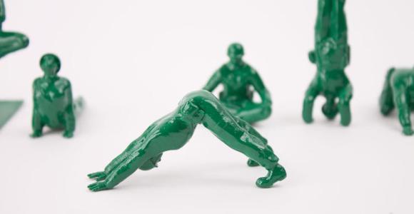 Soldadinhos de plástico abandonam a guerra e fazem pose de ioga